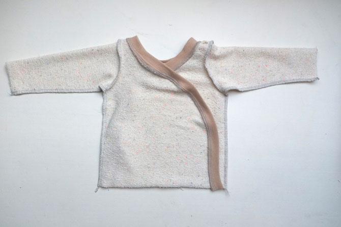 Nähanleitung für eine Baby-Wickeljacke - Lybstes.