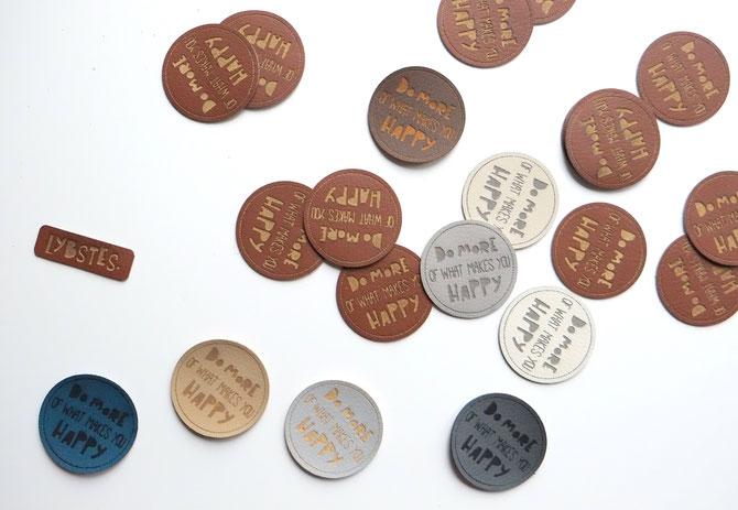 "Lybstes Label ""Do more of what makes you happy"" als Kunstleder-Etikett bestellen"
