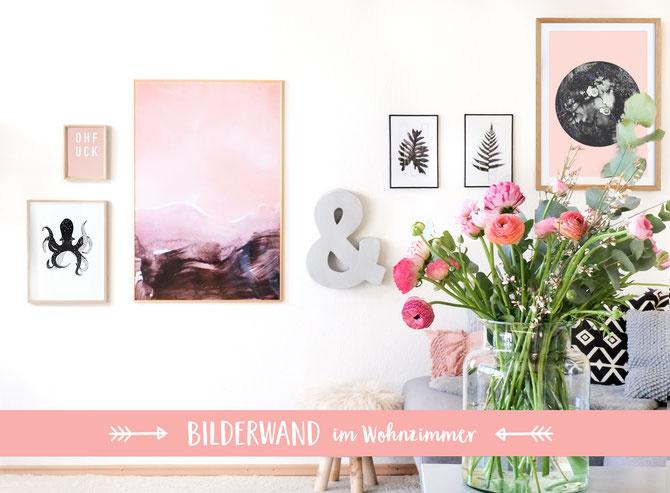 Lybstes Bilderwand in Schwarz/Weiß und Rosa, Inneneinrichtung Wohnzimmer, Interiordesign mit Postern und Typografie