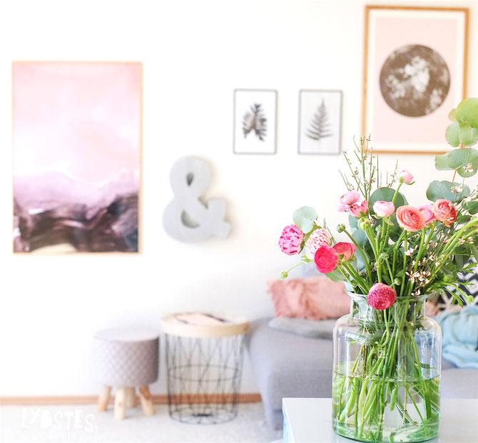 Lybstes Bilderwand & Frühlingsdeko in Schwarz/Weiß und Rosa, Inneneinrichtung Wohnzimmer, Interiordesign mit Postern und Typografie
