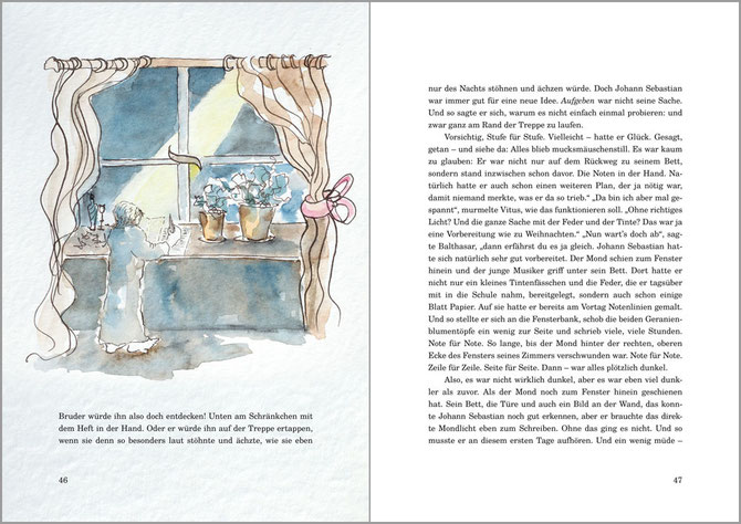 Man sieht die aufgeschlagene Seite 47 der Biografie über Bach für Kinder. Rechts ist eine Textseite ohne weitere Illustration, links sieht man drei zeilen, darüber ein Bild: Johann SEbastian Bach schreibt am Fenster und der Mond scheint hinein.