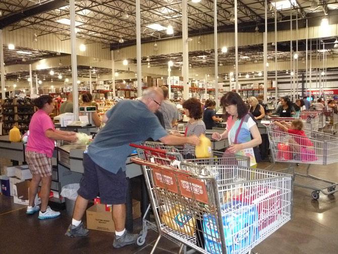 超大型スーパーで食糧買い出し