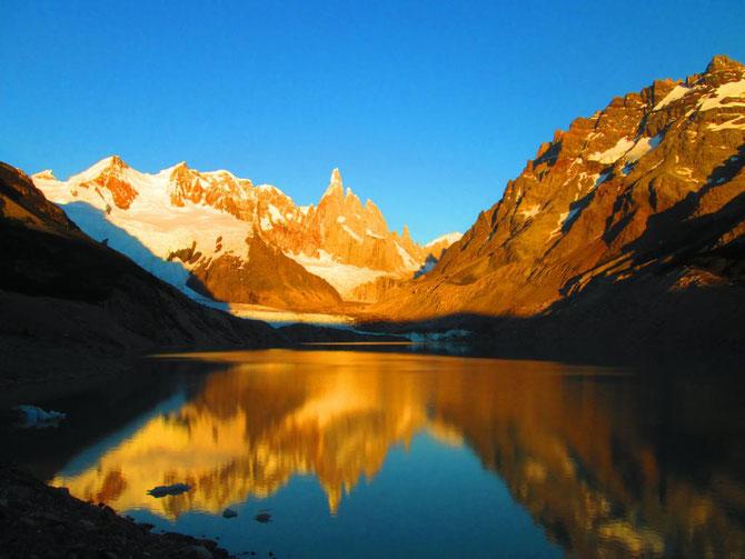 Tag 2: vom Camp Poincenot zum Camp Agostini an der Laguna Torre, hier der Cerro Torre im Morgenlicht
