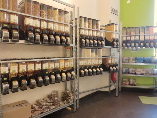 Une partie du rayon vrac du magasin Bio c'Bon de Pigalle.