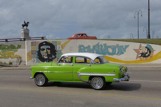 Zwei Kubanische Oldtimer-Schlitten gegenläufig und farblich komplementär!
