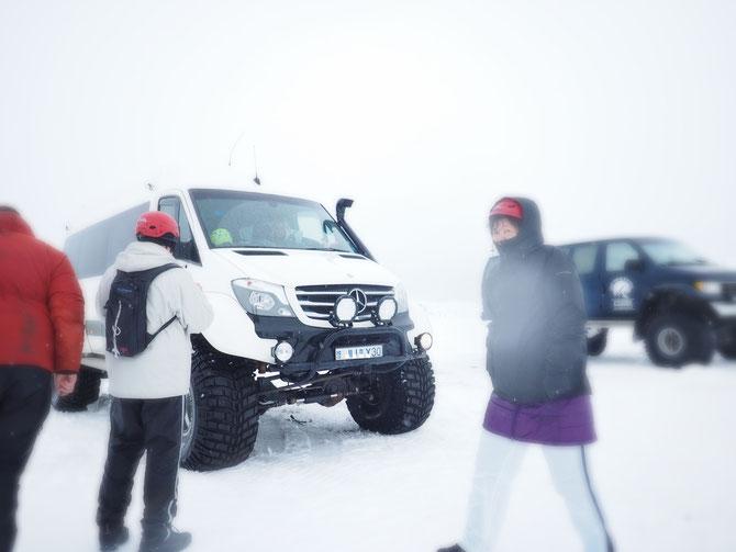 アイスランド 氷の洞窟、アイスケーブツアー 洞窟へはこんなジープでいきます