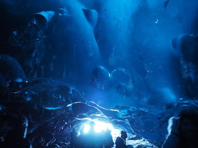 アイスランド 氷の洞窟、アイスケーブツアー カメラを上に向けて撮ると海底にいるような神秘的写真になります