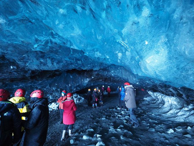 アイスランド 氷の洞窟、アイスケーブツアー 入口近くから撮りました