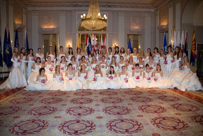 2008. Waldorf Astoria N.Y.  54è Anniversaire Bal International des Debs.. Pélagie debout 4è à partir de la droite