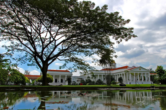 PALAIS DE BOGOR à 60km de JAKARTA, HAVRE DE PAIX AU COEUR DU JARDIN BOTANIQUE. Au XIXe  FUT LA RESIDENCE des GOUVERNEURS DES INDES NEERLANDAISES