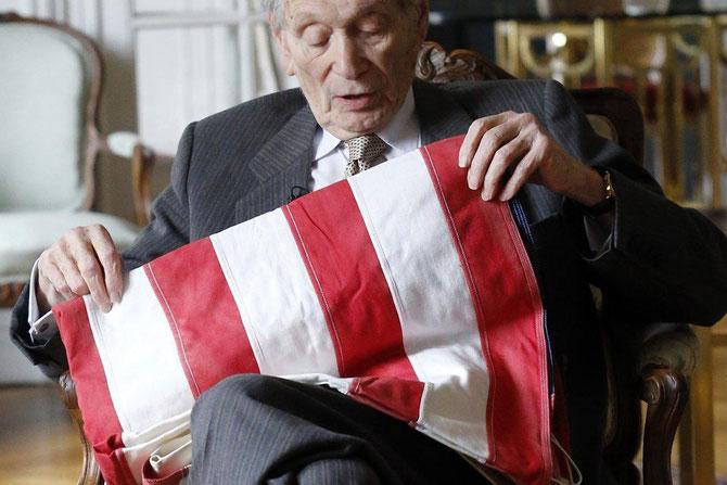 AVRIL 2015.  PARIS DANS SON APPARTEMENT PRES DU JARDIN DES PLANTES, JOHN  G. DEAN (né le 26 FEVRIER 1926) DIT SON AMERTUME, SON DESESPOIR, SA HONTE ENCORE 40 ANS APRES.