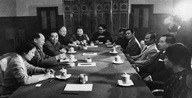 PEKIN 24 AVRIL 1961. LES FRERES ENNEMIS SOUVANNA PHOUMA ET SOUPHANOUVONG FACE à MAO ZEDONG et CHOU-EN-LAI