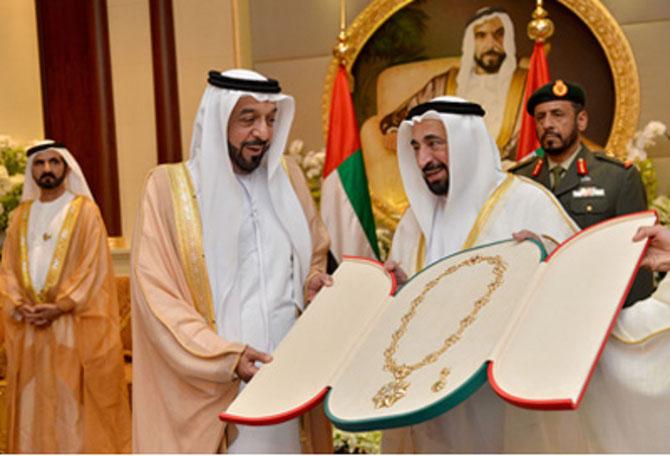 ABOU DHABI. 29 NOV. 2012. S.A. SHEIKH ZAYED REMET  A S.A. DR. SULTAN LA MEDAILLE  DE LA CULTURE, DES ARTS et DE LA LITTERATURE.
