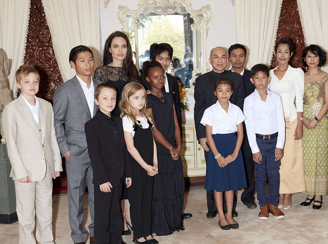 Sa Majesté NORODOM SIHAMONI entouré d'Angelina JOLIE avec ses enfants et des acteurs du film