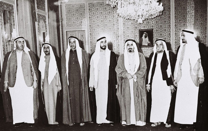 1972. LES 7 EMIRS SIGNATAIRES DE LA FEDERATION.  AU CENTRE S.A. SHEIKH ZAYED BIN SULTAN AL NAHYAN (1918 + 2004), EMIR D'ABU DHABI, PERE FONDATEUR  DES  EMIRATS ARABES .UNIS