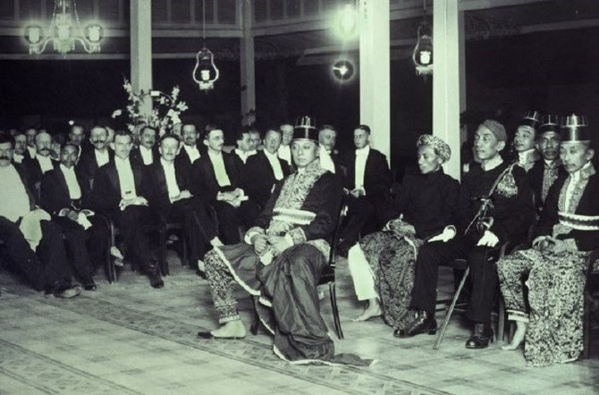 LE PRINCE                        MANGKUNEGARA VIII AU PALAIS ROYAL AVEC DES OFFICIELS NEERLANDAIS. COLLECTION TROPEN MUSEUM.