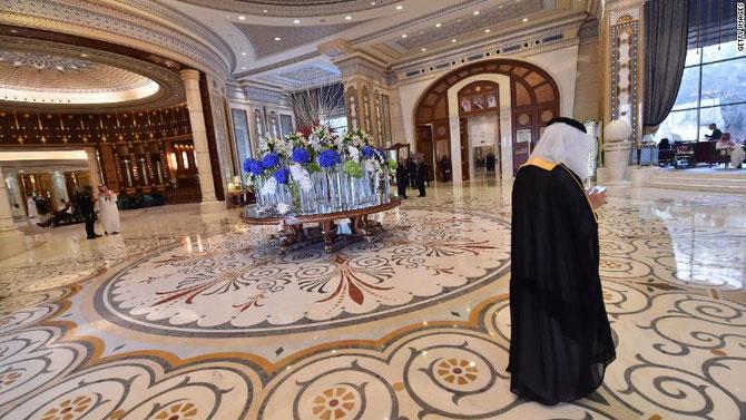 Nov. 2017 . Le Hall d'entrée du Ritz-Carlton, pratiquement désert, alors qu'il bruissait de monde jour et nuit !