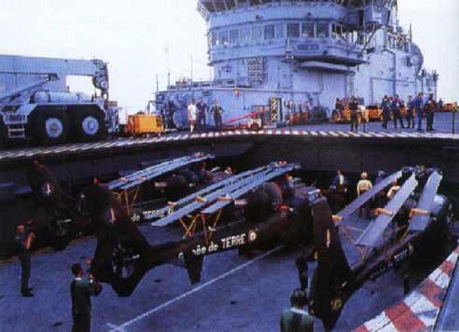 TOULON . AOÛT 1990. EMBARQUEMENT DES HELICOPTERES SUR LE CLEM.