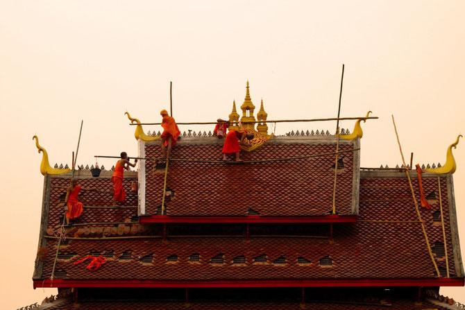 Bonzes couvreurs sur des échafaudages en bambou de fortune qui font frémir nos inspecteurs du Travail.