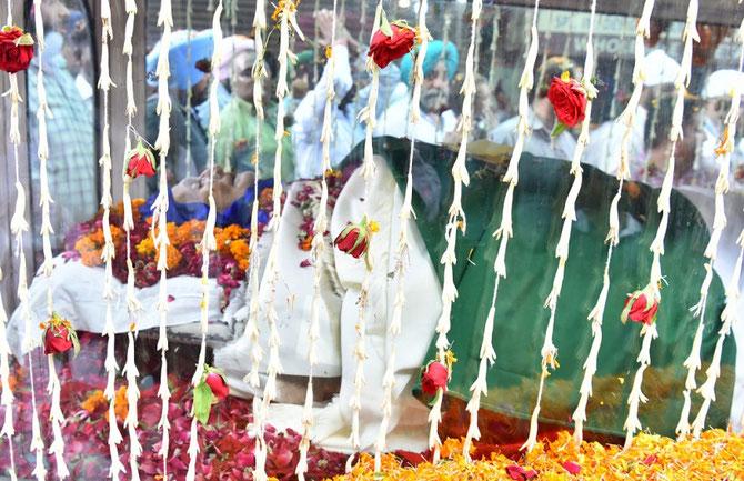 La procession du convoi funèbre vers le Crématorium Royal, SHAHI SAMADHAN PATIALA,  rejoint par toute la ville jusque Adalat Bazar.