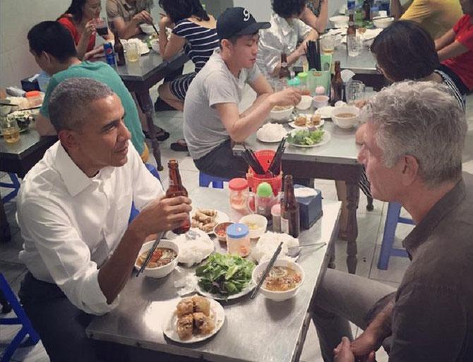 HANOI. 24 MAI 2016. BARACK OBAMA et ANTHONY BOURDAIN avec leur bière et leur bol de pho.
