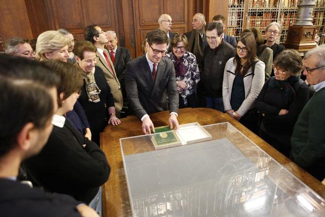 Guillaume DINKEL présente le testament de Louis XVI sous les regards captivés de Marie-Odile de MENONVILLE-VERHAEGHE (tête blonde à g.), de l'amiral Alain OUDOT DE DAINVILLE (cravate rouge,à gauche derrière G. DINKEL), Vera DUPUIS.   C* J-Ph. METSERS