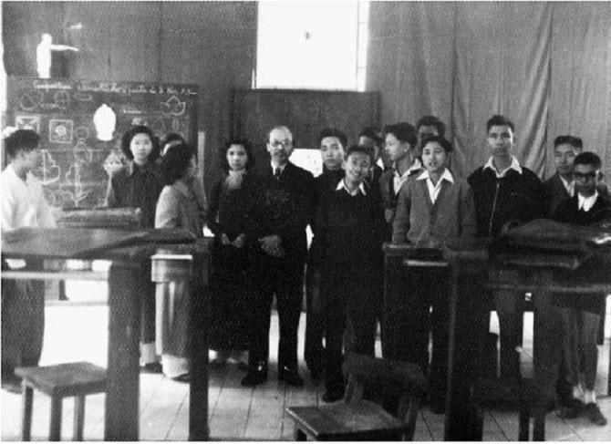 1953. LYCEE ALBERT SARRAUT LA CLASSE DE SECONDE AU COURS DE DESSIN DU PROFESSEUR NAM SON.  AVEC NOTRE VIVE  RECONNAISSANCE AU PROFESSEUR  DINH TRONG HIEU  ECO-ANTHROPOLOGISTE et ETHNOBIOLOGISTE, ANCIEN DU CNRS. PHOTO RODOLPHE CAPDEVILLE.