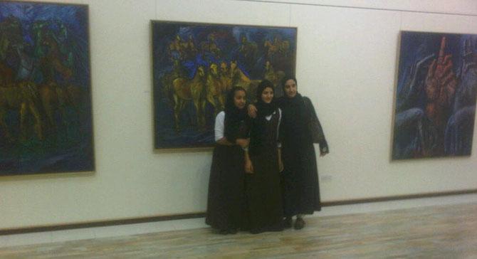 """BAHREIN. 16 Nov.2011.  Des amies  devant  """"LES CHEVAUX D'OR""""  .  2007. Huile sur toile  130X162 cm"""