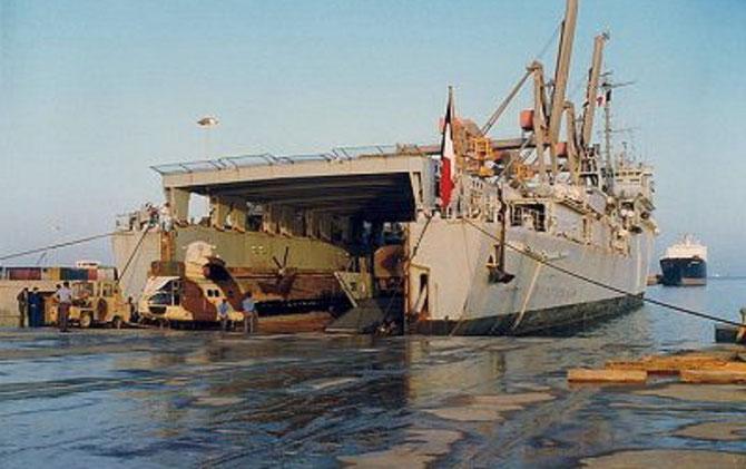 1991. L'OURAGAN NOUVEAU TCD CONSTRUIT à BREST CHARGE DU MATERIEL AU PORT DE YANBU. C* Marine Nationale