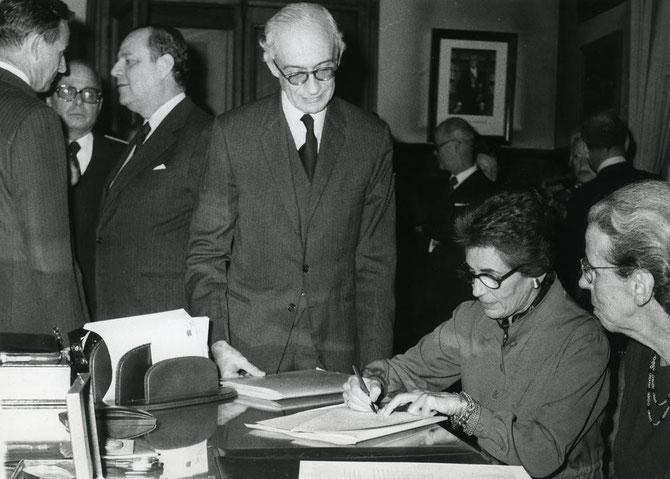 1976. SIGNATURE DE LA DONATION PIERRE et DENISE LEVY. à dte de profil Denise LEVY, Françoise GIROUD