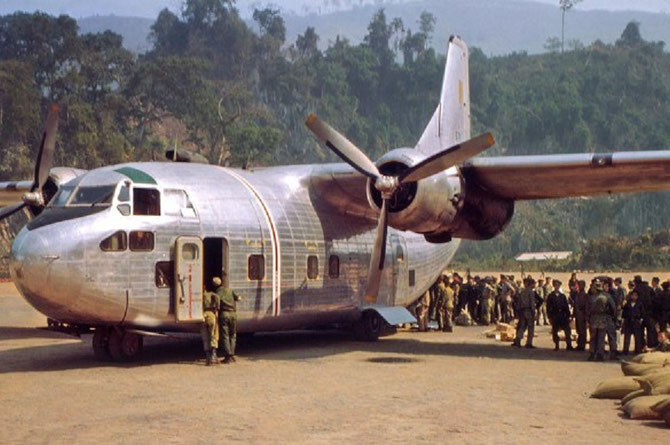 LONG CHENG . C 123  AIR AMERICA  livrant les troupes et les vivres .