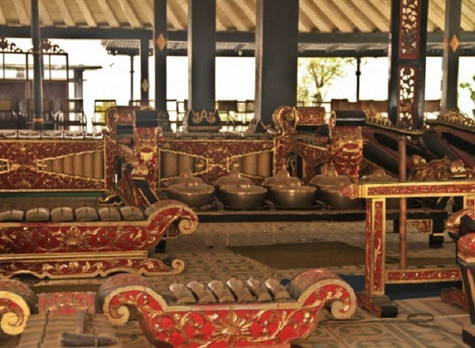 Le Maître de cérémonie et Directeur du Gamelan du Sultan était K.R.T MAKUDUSUMA