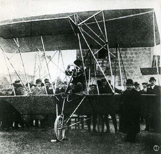 27 MAI 1910. AVEC GIANNI CAPRONI, LE COMTE GIOVANNI AGUSTA (DEBOUT à DROITE) REUSSIT à FAIRE DECOLLER SON PROTOTYPE.