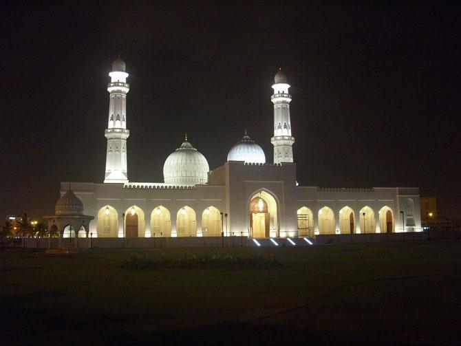 La MOSQUEE de SALALAH, la capitale natale du DHOFAR, en souvenir de la Mère Bien-Aimée, décédée le 12 Août 1992, inhumée à TAQA, non loin de là.