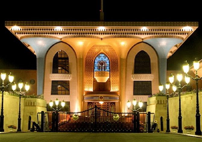 AL ALAM ROYAL PALACE. Construit en 1972, peu après son accession, par le Sultan pour recevoir ses hôtes de marque mais il n'y vit pas.