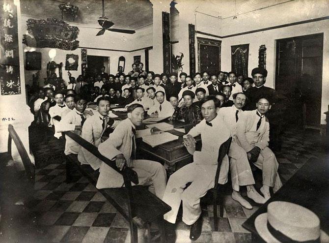 18,19,20 NOV. 1926. PAUL MONET ( à droite avec des moustaches) ASSISTE à UNE FÊTE CAODAISTE. C'ETAIT CET ECRIVAIN SPIRITUALISTE, AUTEUR DES JAUNIERS, QUI AVAIT RECOMMANDE NAM SON à VICTOR TARDIEU NOUVEAU VENU EN 1922 à HANOI.