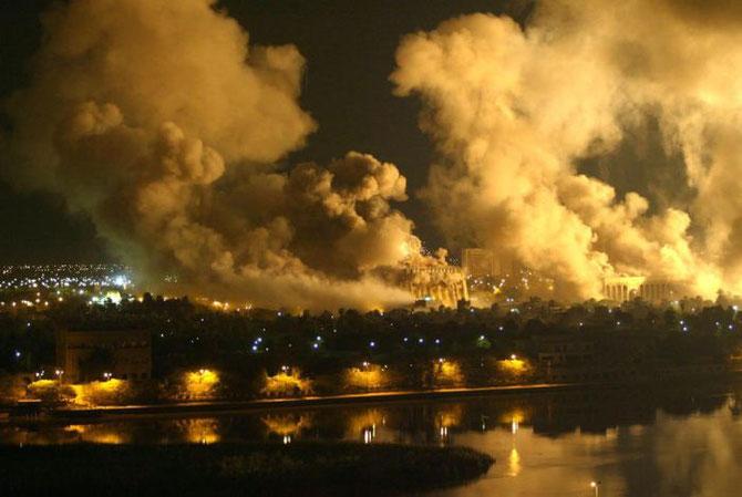 21 Mars 2003; Le palais présidentiel de Saddam HUSSEIN en feu après un bombardement américain.
