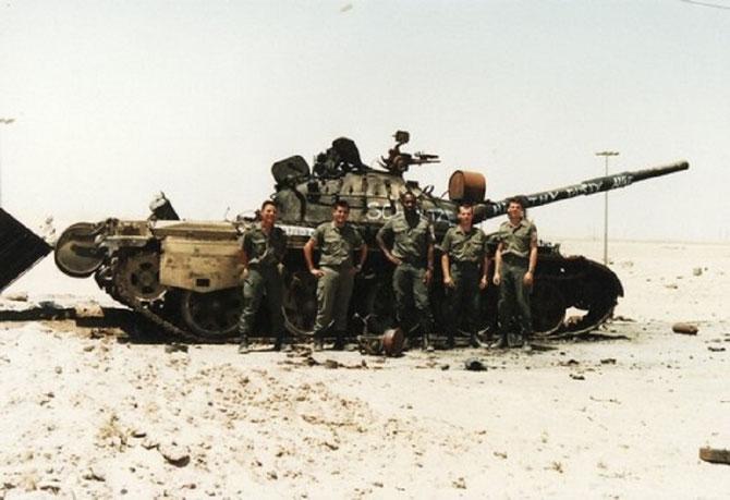 QUELQUES GARS DE LA DIVISION DAGUET DEVANT UN CHAR IRAKIEN ABANDONNE.