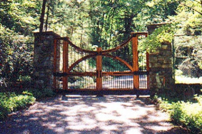 SLEEPY HOLLOW. Le portail qui ferme le cimetière privé de la famille John Davison Rockefeller.