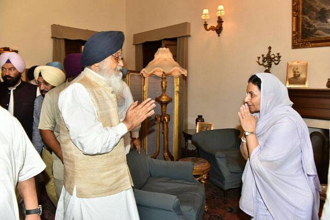 NEW MOTI BAGH; . Mardi 25 Juillet . S.A.R. la Maharani  PRENEET  KAUR de PATIALA salue l'ancien  Premier Ministre ( 2004-2014) MANMOHAN SINGH, Membre du Congrès national Indien.