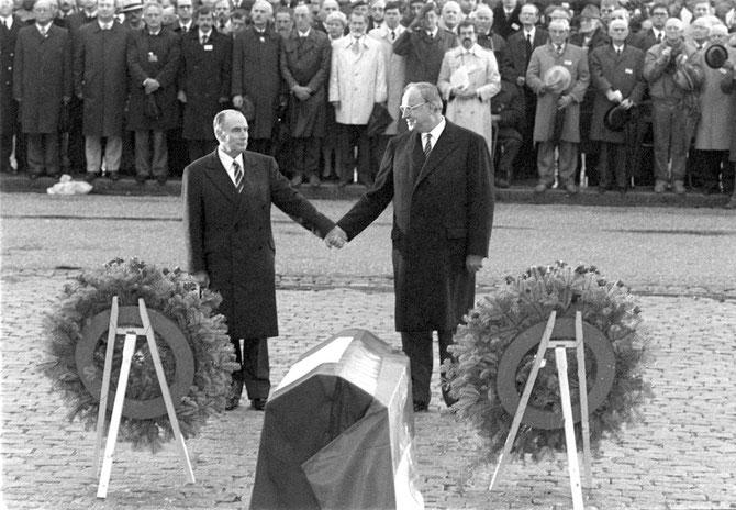 VERDUN 22 Sept. 1984. Le Président F. MITTERRAND (1916+1996 - 1981/1995) et le Chancelier H. KOHL (1930+2017 - 1982/1998) Main dans la main. Avec notre reconnaissance à Frederic de LA MURE photographe officiel du QUAI d'ORSAY depuis 1982