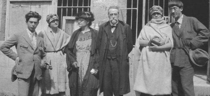 14 AOÛT 1920. BOURNIQUEL (QUERCY) MARIAGE D'OSSIP et VALENTINE (à g.). Au centre les parents de VALENTINE. A dte. FOUJITA,  et sa Ière épouse FERNANDE BARREY qui tailla le chapeau de VALENTINE. ON LEUR PRÊTA DES ALLIANCES .......