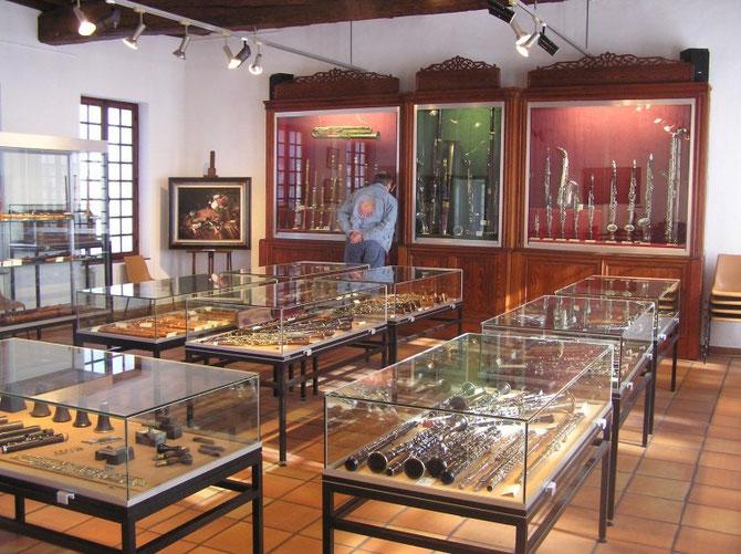 Le superbe musée des instruments à vent. Au fond les grandes vitrines verticales de 1888 lorsque le Musée était hébergé à la Mairie.