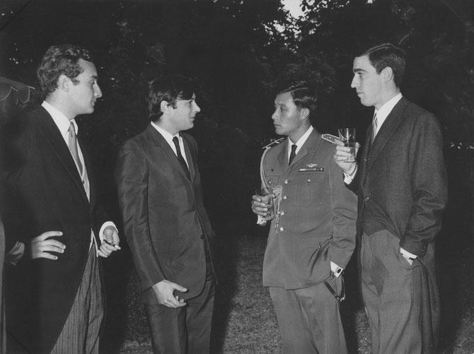 25 JUIN 1968. MARIAGE DU COMTE RENE-LOUIS DE BERNIS-CALVIERE AVEC MARIE-BLANCHE DE CAUMONT LA FORCE. .......Photo. LE PRINCE-CAPITAINE SOUVANNA-PHOUMA ENTRE LE COMTE LOUIS DE CAUMONT LA FORCE, DANIEL BORDES, JEAN-CHARLES
