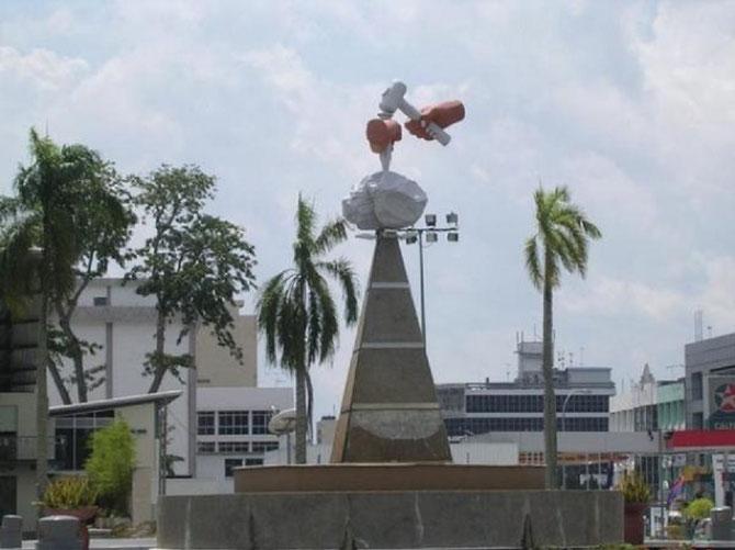 BATU PAHAT appelée aussi BANDAR PENGGARAN, chef-lieu district de JOHOR, sur la côte Ouest à 239km S.E de KUALA LUMPUR, 100km N.O. de JOHOR BAHRU.