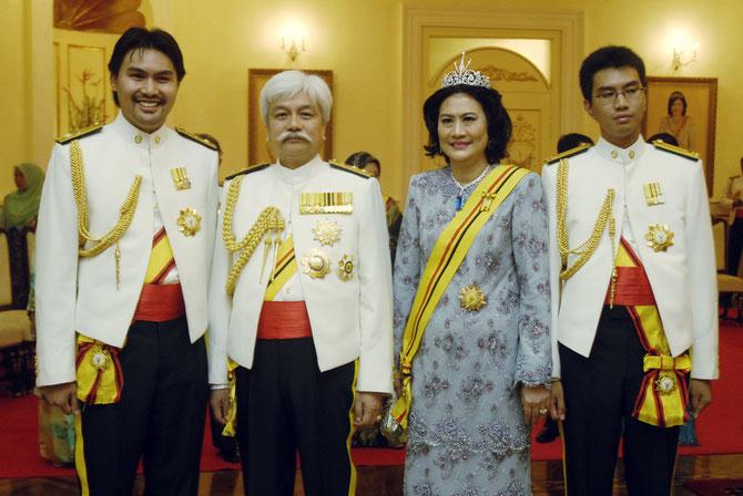 Tuanku ALI REDHAUDDIN, Tunku Besar de Sri Menanti à g. et Tuanku ZAIN AL-ABIDIN à dte.