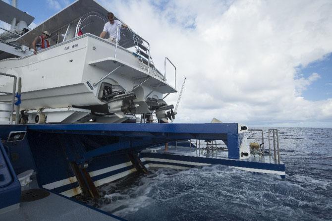 Déploiement du CALCUTTA, bateau de plongée.