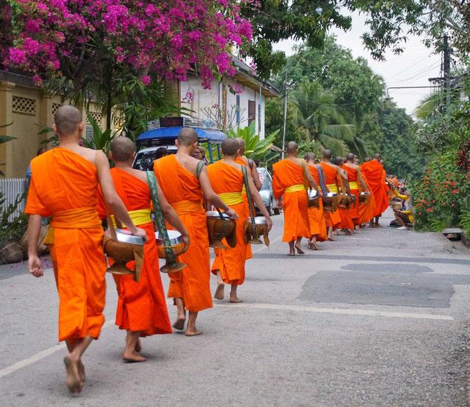 RIEN N'A CHANGE DEPUIS LA NUIT DES TEMPS. LES BONZES AU PETIT MATIN, PIEDS NUS, EN QUÊTE DU RIZ QUOTIDIEN.  C*  On revient du Laos & du Cambodge.blog