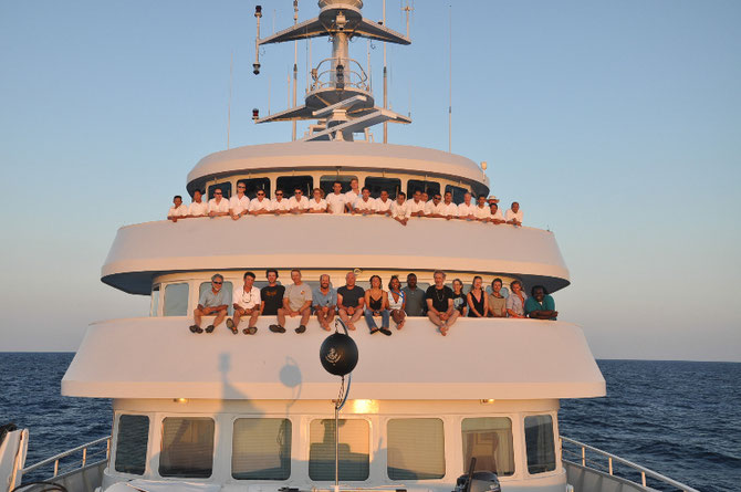 2012..RANGIROA, Polynésie française. L'équipe scientifique et l'équipage admirent le coucher de soleil