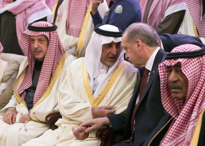 de droite à gauche : SON ALTESSE ROYALE MOQREN PRINCE HERITIER, LE PREMIER MINISTRE DE TURQUIE RECEP TAYYIB ERDOGAN, SON ALTESSE ROYALE LE PRINCE KHALED AL FAYCAL.